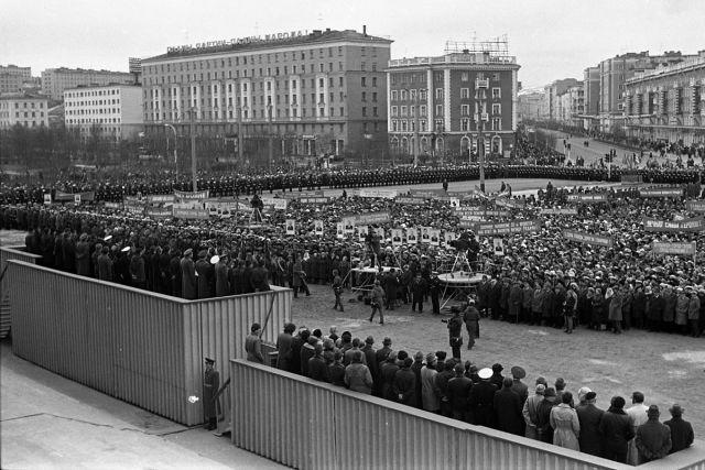 7 мая 1985 года на площади Советской Конституции прошёл торжественный митинг, посвящённый присвоению Мурманску звания «Город-герой».