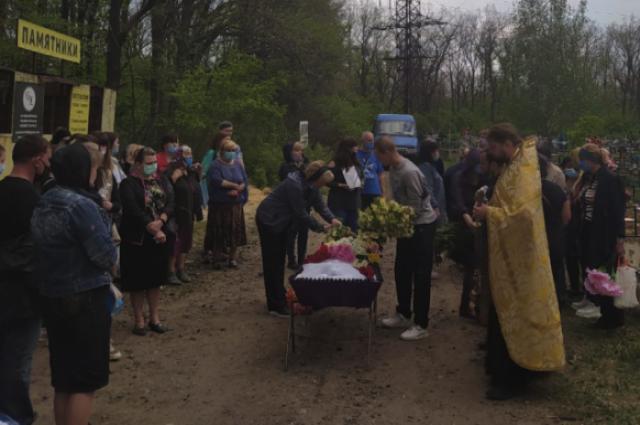 Отрезала дочери голову: под Харьковом простились с 13-летней девочкой