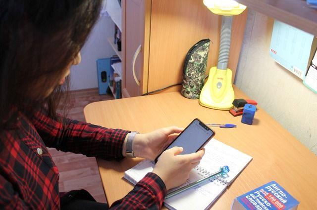 Не во всех семьях достаточно техники, поэтому онлайн-уроки порой дети включают на своих телефонах.