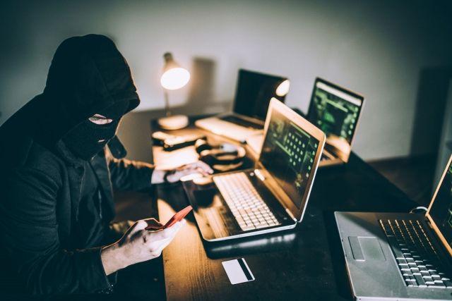 Именно в интернете сейчас велик шанс попасть в сети кибержуликов.