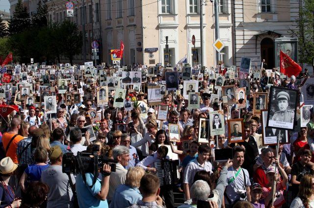 Ежегодно «Бессмертный полк» собирает в одном строю тысячи людей. В этом году шествие пройдёт по улицам в онлайн-формате. Трансляция состоится 9 мая на телеканале «Тверской проспект – Регион».