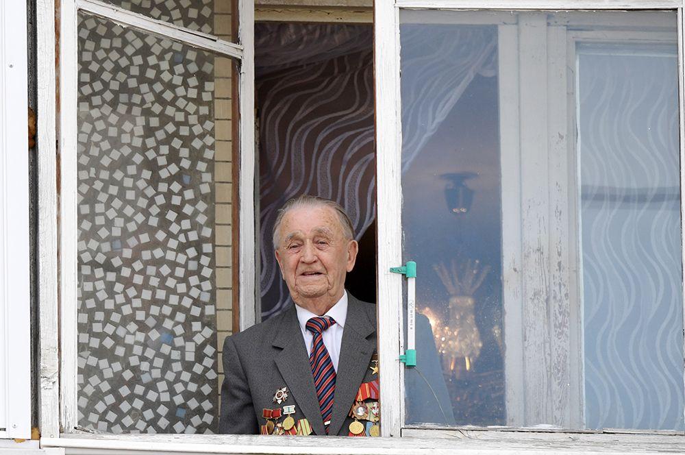 Герой Социалистического Труда Гребнев Валентин Михайлович во время персонального парада победы в городе Луга Ленинградской области.
