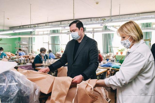 Губернатор Алексей Островский оценил качество медицинских защитных костюмов, которые выпускает смоленский производитель.