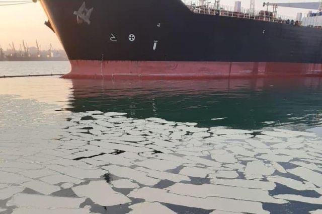 В Одесской области судно разлило в море более 8 тонн пальмового масла