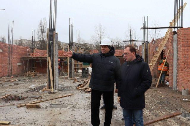 Глава минстроя Валерий Савченко проверяет ход строительства краевых социальных объектов.