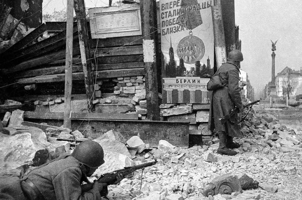 Советские войска ведут бой на улицах Берлина.