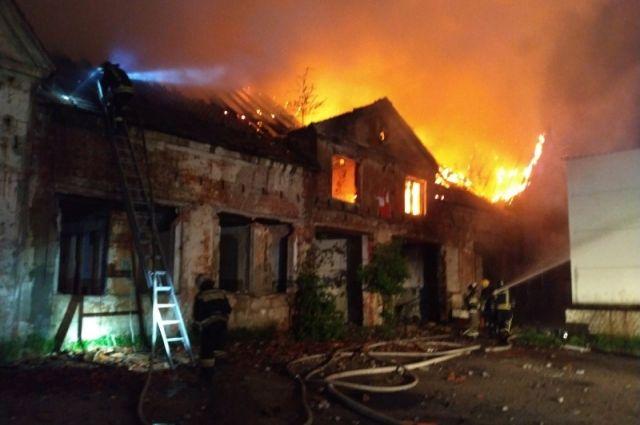 Ночью в неэксплуатируемом здании на Правой набережной произошёл пожар