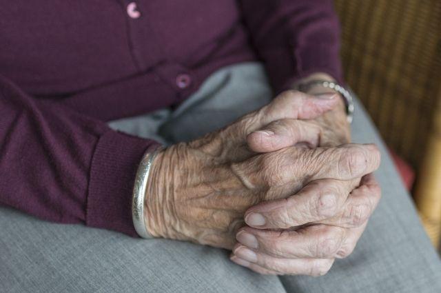 У пожилой женщины украли больше 4000 рублей.