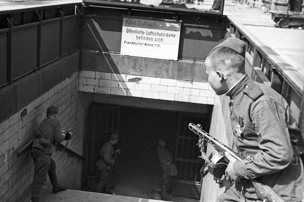 Советские солдаты у входа в метро.