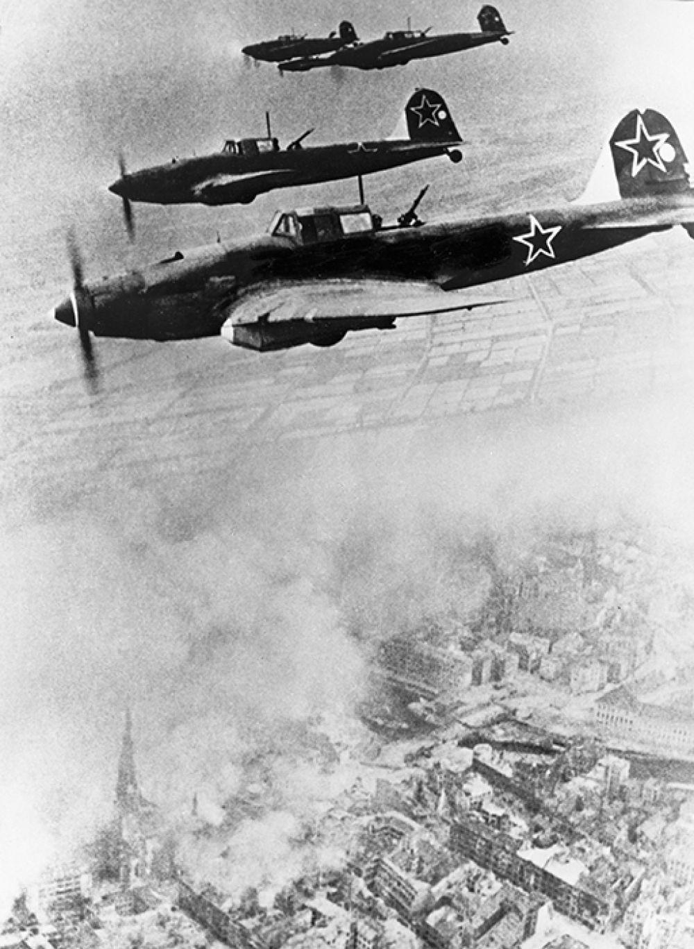 Советские самолеты летят курсом на Берлин.