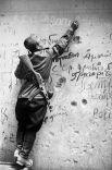Советский боец Егор Усачев делает памятную надпись на стене Рейхстага.Руины