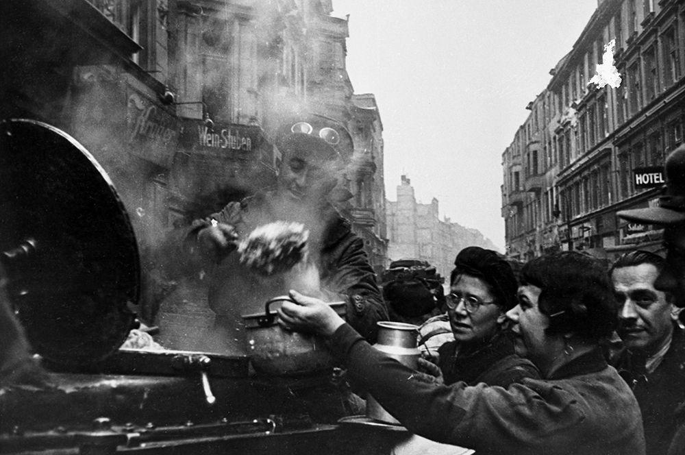 Советское командование организовало раздачу пищи жителям Берлина.