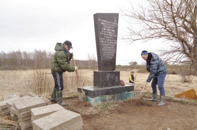 Памятник Герою Советского Союза в заброшенной деревне привели в порядок сотрудники УМВД.