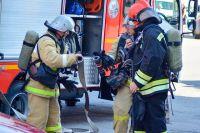 Пожарные потушили горящий автомобиль.