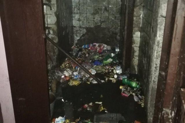 В доме по улице Ставропольской в Тюмени загорелась мусоросборочная камера