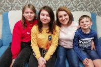 На фото слева направо - воспитанница Евгении Перовой Карина, дочь Соня, Евгения, сын Серёжа.
