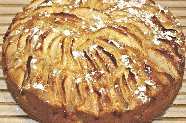 В пирог можно добавлять и сладкие, и кислые яблоки.
