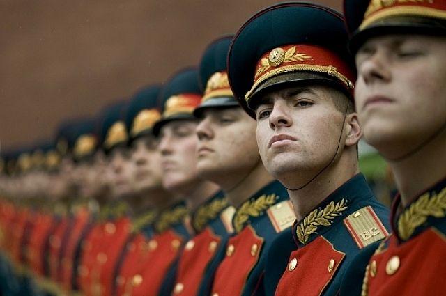 Военнослужащие пройдут маршем под звуки оркестра пройдут под окнами двух участников Великой Отечественной войны, живущих по соседству.