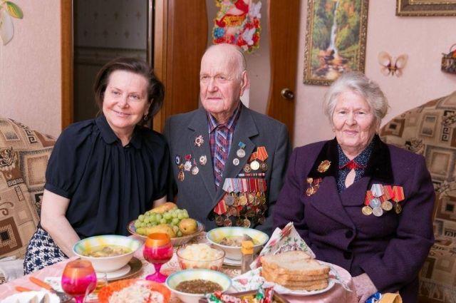 Евлампий Артамонович и Зоя Георгиевна с губернатором Югры Натальей Комаровой