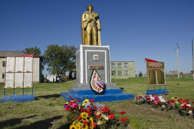 Памятник неизвестному солдату – жанровая скульптура. Одна из таких установлена в селе Маяк Оконешниковского района.