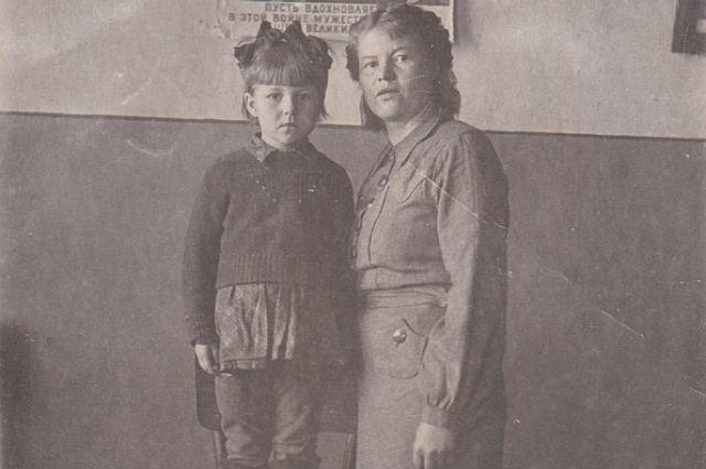 Екатерина Александровна с Людочкой в эвакуации в Мордовии.