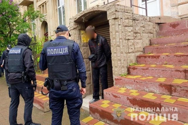 В Ивано-Франковске мужчина открыл стрельбу на улице по людям
