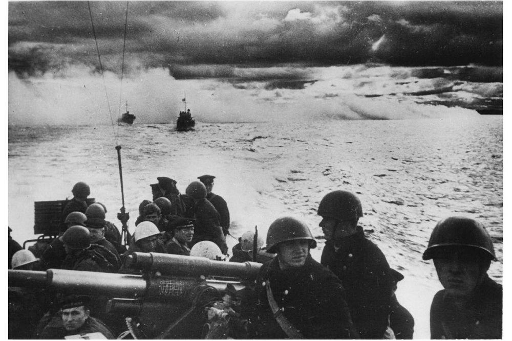 Советские малые охотники с десантом на борту следуют к месту высадки у Новороссийска.