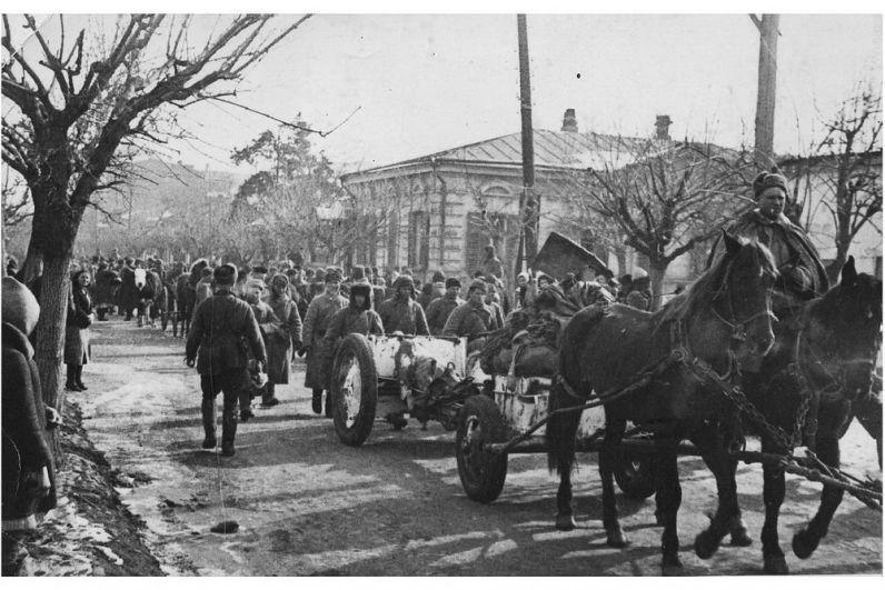 Советские войска входят в освобождённый Краснодар.