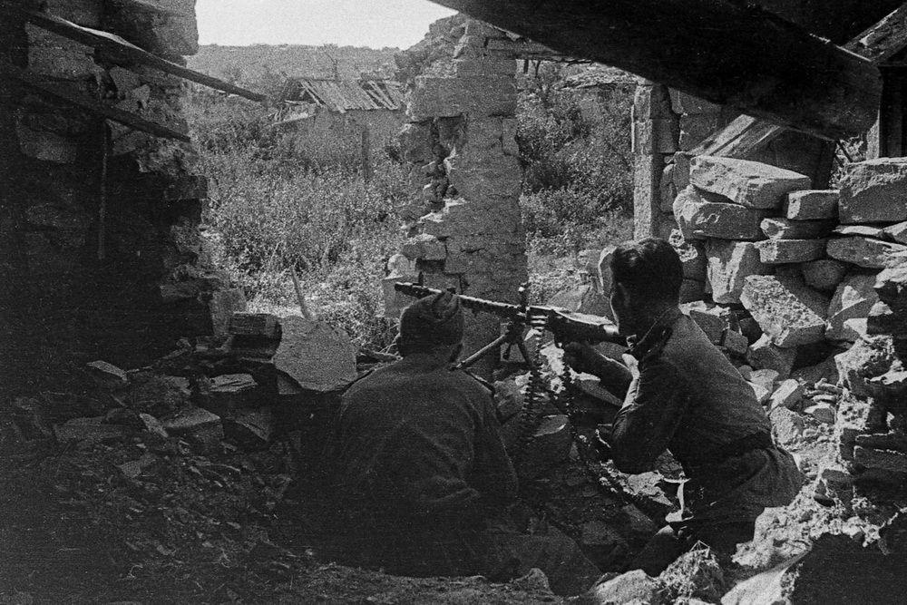 Замполит Пётр Ромашков ведет огонь из трофейного пулемета MG 34 на окраине Новороссийска.