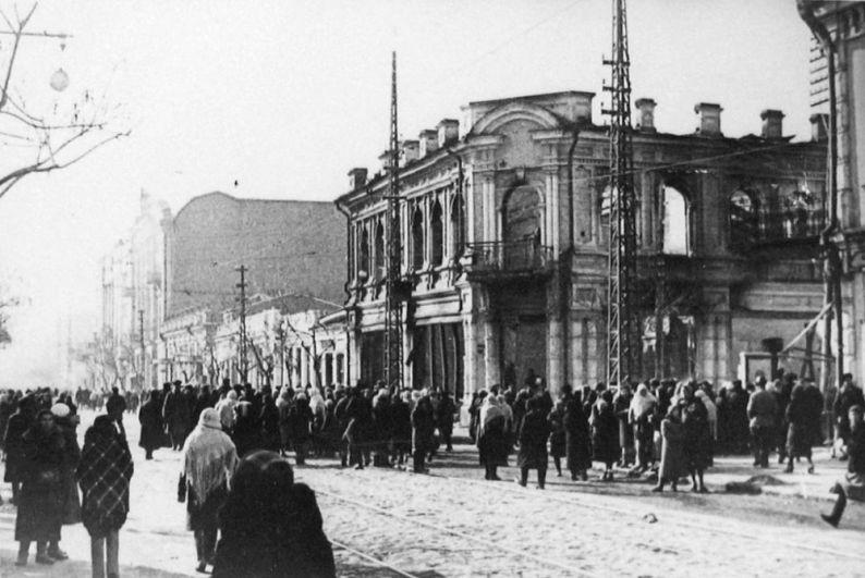Жители освобожденного Краснодара на перекрестке улиц Красной и Свердлова.