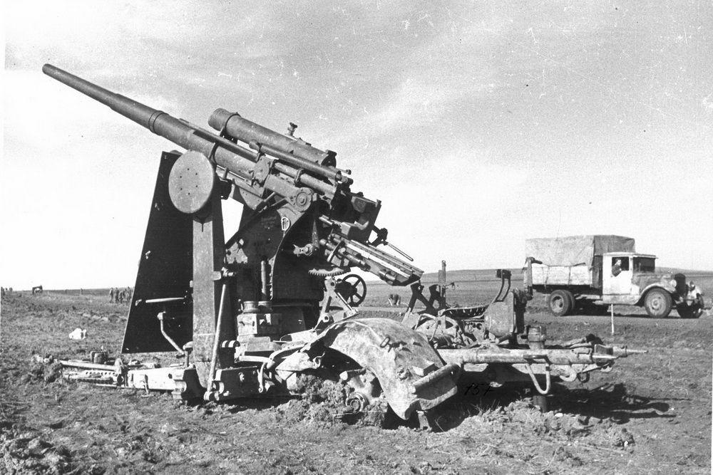 Разбитая немецкая зенитка под Новороссийском.