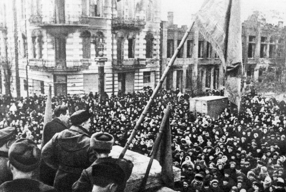 Красный флаг на углу улиц Красной и Ворошилова после освобождения Краснодара.