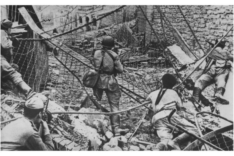 Автоматчики 318-й гвардейской стрелковой дивизии в бою на улице Новороссийска.