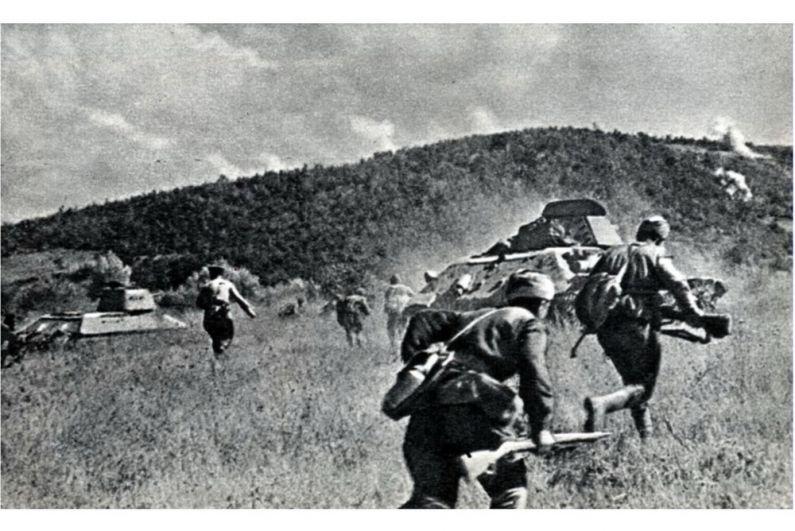 Пехота и танки 5-й гвардейской танковой бригады во время Новороссийско-Таманской операции.