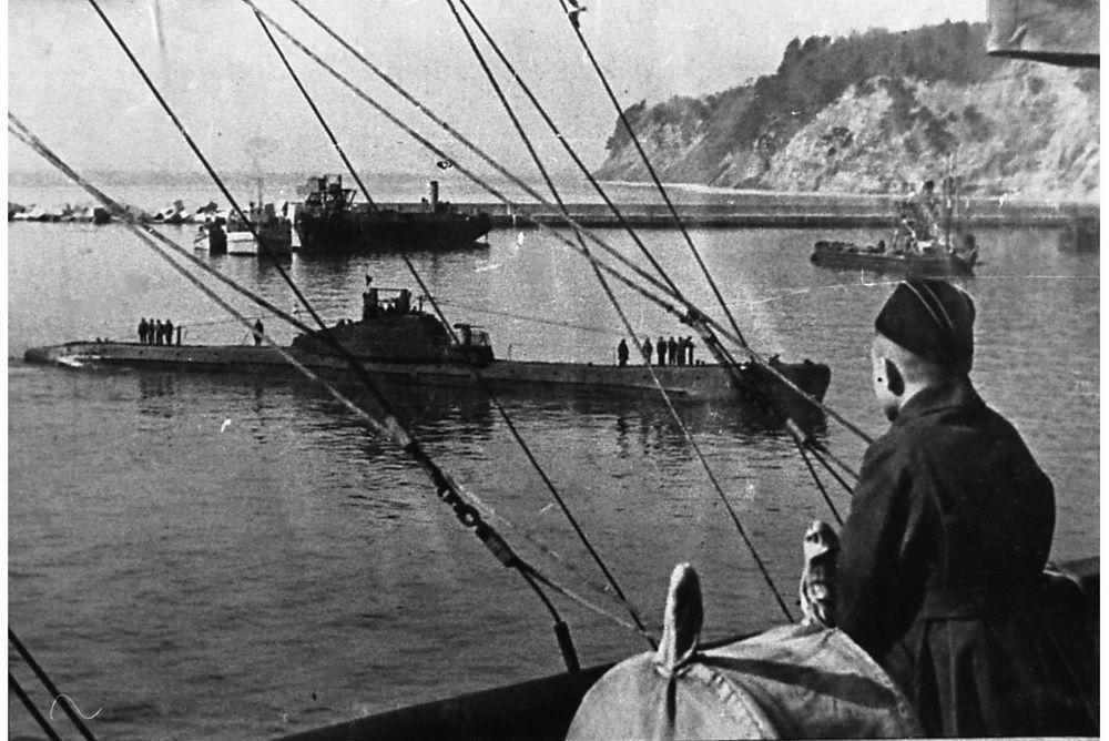 Советская подводная лодка Щ-208 входит в порт Туапсе.