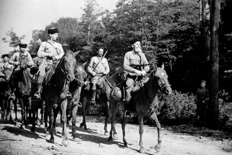 Казаки 4-го гвардейского кавалерийского корпуса на марше.
