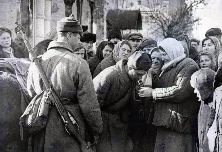 Бойцы Красной Армии в освобождённой станице Пашковской.