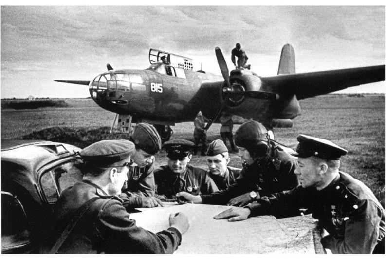Офицеры 366-го отдельного разведывательного авиационного полка разрабатывают план очередной операции на лётном поле в станице Пашковской.