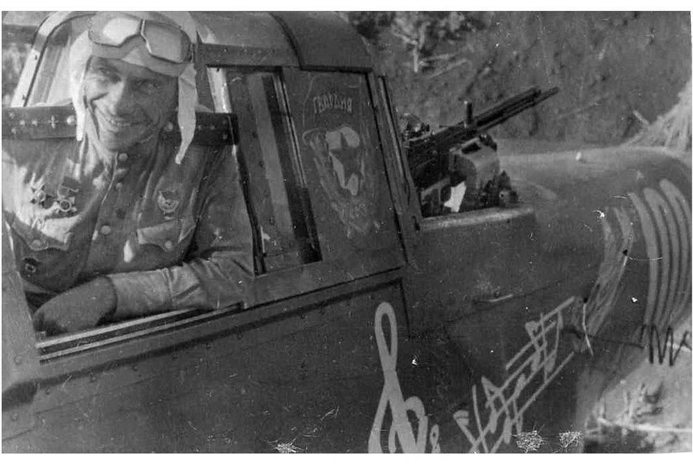 Гвардии капитан В.Б. Емельяненко в кабине своего штурмовика Ил-2 на аэродроме в станице Тимашевская.