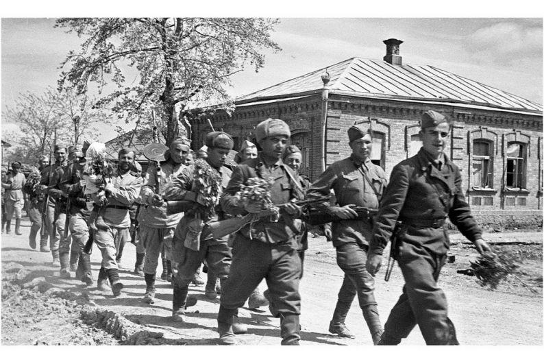 Советские солдаты-освободители проходят по улицам станицы Крымская.