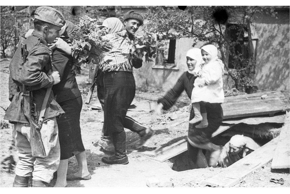 Жительницы станицы Крымская встречают советских солдат-освободителей.