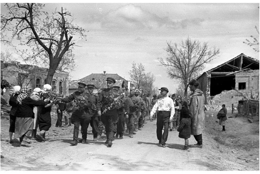 Жители станицы Крымская c цветами встречают воинов-освободителей.