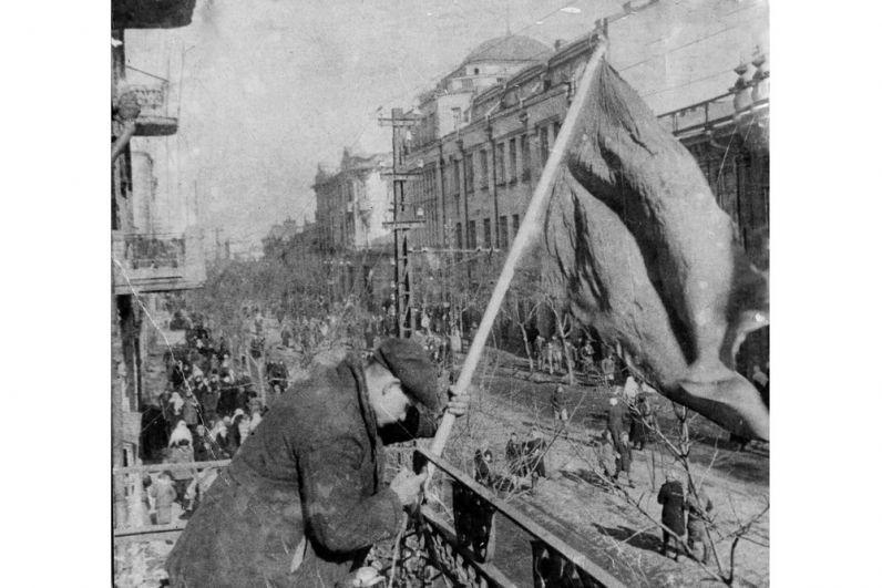 Красное знамя над главной улицей освобождённого Краснодара.