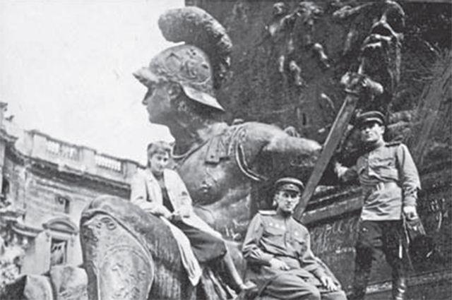 В Берлине, май 1945. Из личного архива Елены Ржевской.