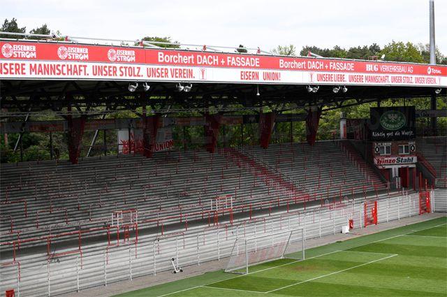 Пустые трибуны стадиона «Андер Альтен Фёрстерай».
