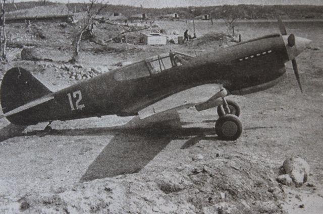 До начала 1942 года лейтенант Поздняков летал на И-16, МиГ-3, а в том смертельном бою гвардии капитан сидел за штурвалом американского «Киттихаука».