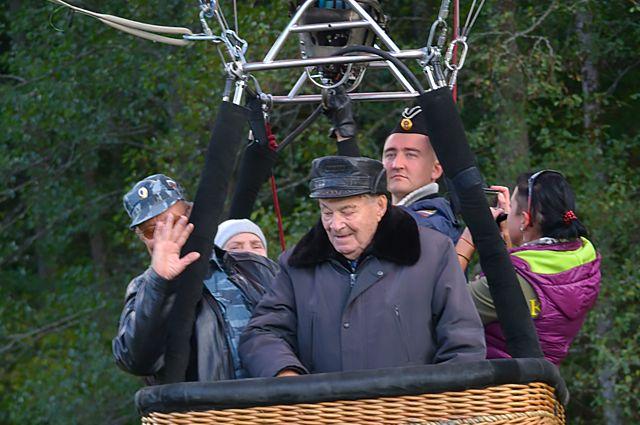 Несмотря на свой возраст Николай Максимов стал рекордсменом, поднявшись в небо на воздушном шаре в 98 лет.