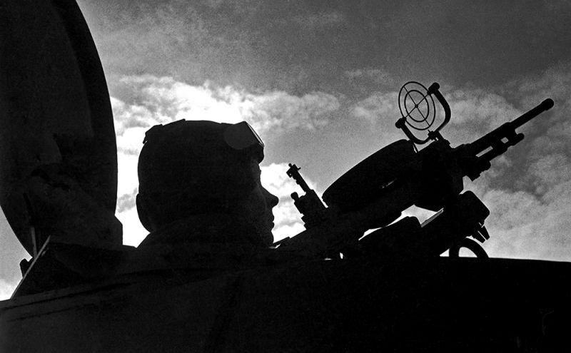 Михаил Трахман. Стрелок ведет огонь по самолету противника. Ленинградские партизаны, 1941 Поздний отпечаток. Тираж: 2/30. 30 х 40 см. Бромсеребряная печать. Из коллекции Галереи им. братьев Люмьер