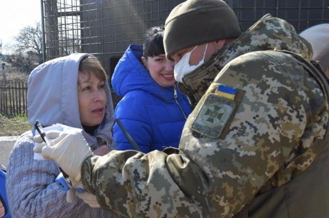 КПВВ Донбасса на карантине: женщина с ребенком не может вернуться домой