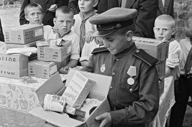 Раздача продуктовых наборов по ленд-лизу в Москве.